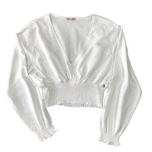 blusa corta blanca con manga larga y cintura fruncida